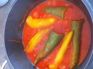 Das fertige Gericht Gefüllte Paprika und Paradeissauce