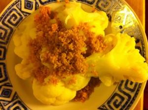 das fertige Gericht Karfiol mit Vollkornbröseln und Rapsöl