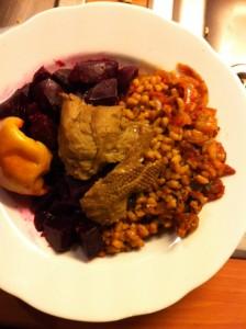 vegane Ente mit Dinkel, roten Rüben und Bratapfel